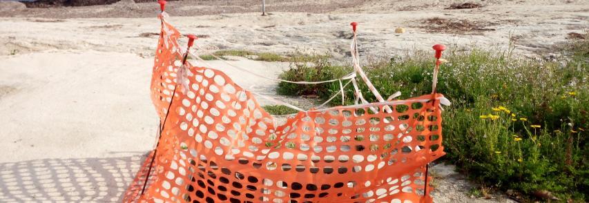 Tombini aperti nella spiaggia di Fontane Bianche