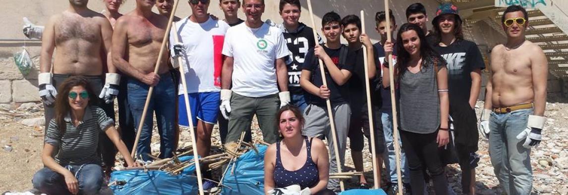 Pulizia della spiaggetta Calarossa in Ortigia a cura della Associazione Rifiuti Zero Siracusa